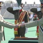 جنرل کیانی نے کمانڈ کی ''علامتی چھڑی'' فوج کے نئے سربراہ جنرل راحیل شریف کے حوالے کی