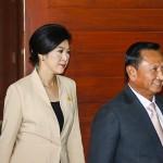 تھائی لینڈ کی وزیر اعظم ینگ لک اور الیکشن کمشنر