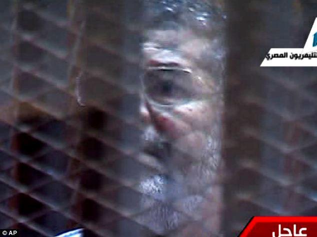 معزول صدر مرسی کو پنجرا نما جیل میں عدالت پیش کیا گیا