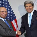 وزیر خارجہ جان کیری اور مشیر خارجہ سرتاج مصافحہ کرتے ہوئے