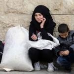 یرموک مہاجر کیمپ میں بھوک اور افلاس کی شکار خاتون اور بچہ