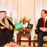 شہزادہ سلمان بن عبدالعزیز السعود  اور پاکستان کے وزیر اعظم میاں محمد نواز شریف سے ملاقات کرتے ہوئے