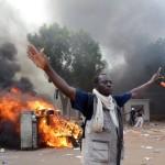 افریقی ملک Burkina Faso کی پارلیمنٹ کو مشتعل افراد نے آگ لگا دی