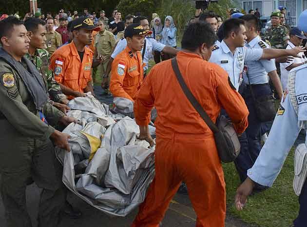 ایئر ایشیا کے لاپتہ طیارے کے ملبے سے 40 سے زائد لاشیں نکال لی گئیں