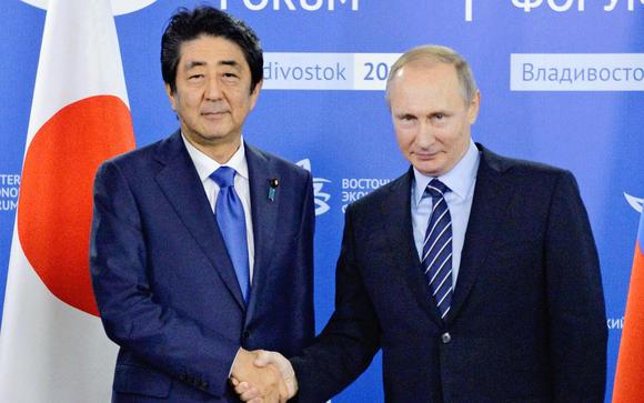 جاپان کے وزیرِ اعظم شِنزو آبے اور روس کے صدر ولادی میر پوٹِن