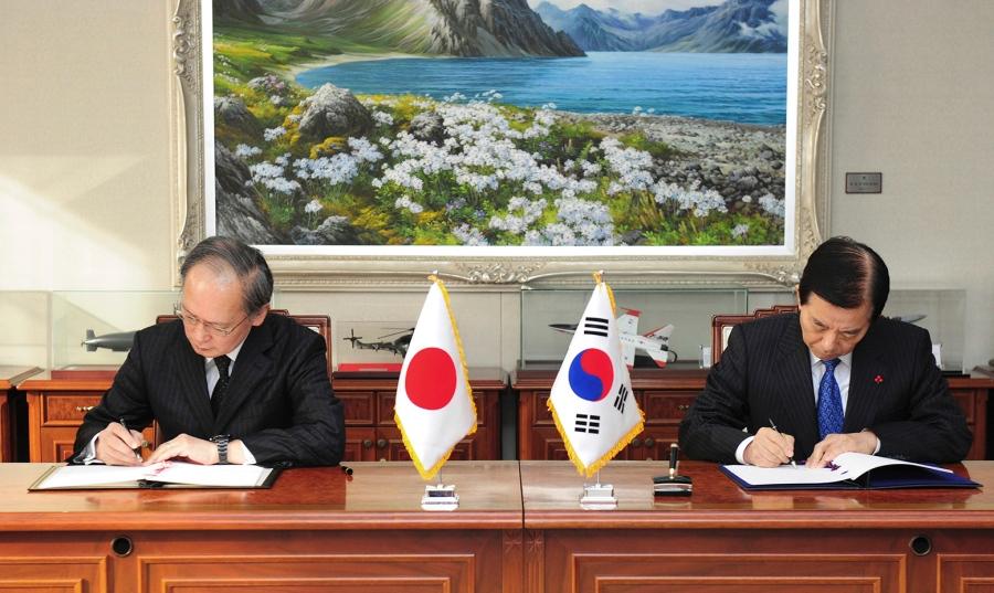 جنوبی کوریا میں تعینات جاپان کے ایمبسیڈر یاگوماسا ناگامین اور جنوبی کوریا کے وزیر دفاع  ہان من  کو   نے دستخط کیے
