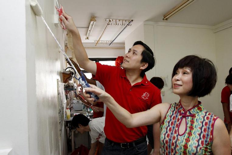 چینی دیوار کے اوپر  والے  حصے سے لے کر نیچے تک گھر کو صاف کرتے ہیں