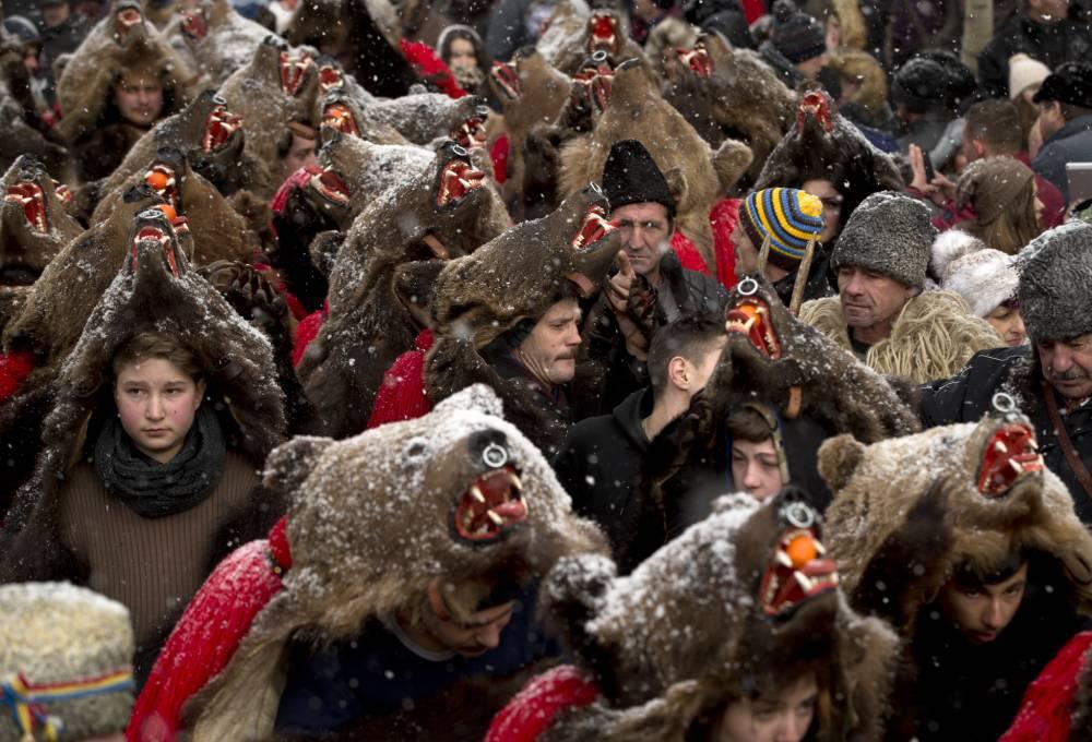 رومانیہ کے دیہاتوں میں لوگ ریچھوں کی کھال پہن کر رقص کرتے ہیں