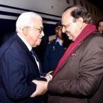 صدر پاکستان ممنون حسین نے محمود عباس کا نور خان ائیر بیس پر استقبال کیا