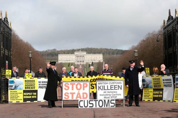 برطانیہ کے یورپی یونین سے نکلنے کا عمل شروع ہونے پر لندن اور شمالی آئرلینڈ میں احتجاجی مظاہرے ہوئے ہیں