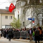 سوئٹرزلینڈ میں ترکی کے قونصل خانے پر درجنوں افراد نے حملہ کر دیا