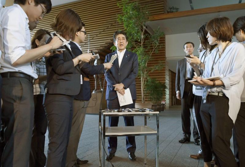جاپانی وزیر اعظم شنزو آبے میڈیا سے گفتگو کرتے ہوئے
