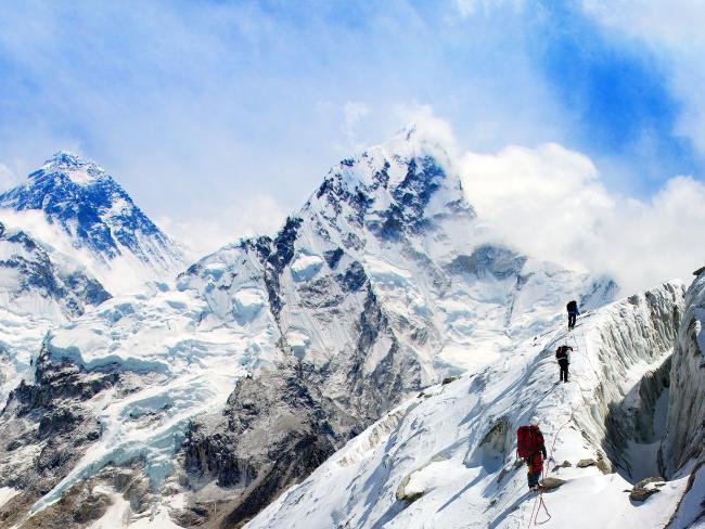 ماونٹ ایورسٹ کی چھوٹی چوٹیوں کو سر کرنے میں فی سیاح کا خرچہ تقریبا 25 ہزار ڈالر سے 45 ہزار ڈالر ہوتا ہے
