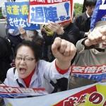 پارلیمنٹ کے سامنے جاپانی وزیر اعظم کے خلاف 50 ہزار افراد نے مظاہرہ کرتے ہوئے استعفی کا مطالبہ کیا