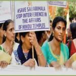 مندر میں داخلے کی غرض سے آنے والی عورتوں کا زبردستی راستہ روک کر ان پر تشدد کیا جارہا ہے