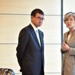 جاپانی وزیر خارجہ تارو کونو اور جنوبی کوریا کے وزیر خارجہ وزیر خارجہ کانگ گیونگ وا