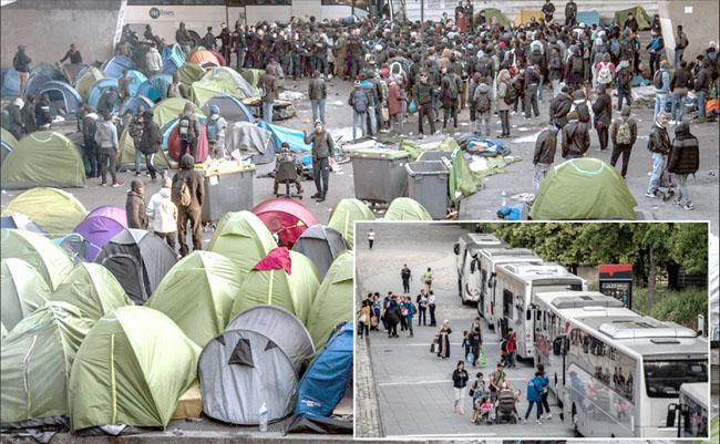 پولیس اہل کار غیرقانونی خیمہ بستیاں خالی کراکر تارکین وطن کو منتقل کررہے ہیں