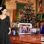 ملکہ الزبتھ ایک میز کے پیچھے بیٹھی نظر آ رہی ہیں جبکہ میز پر شاہی خاندان کے افراد کی 4 فریم کردہ تصویر رکھی ہوئی ہیں