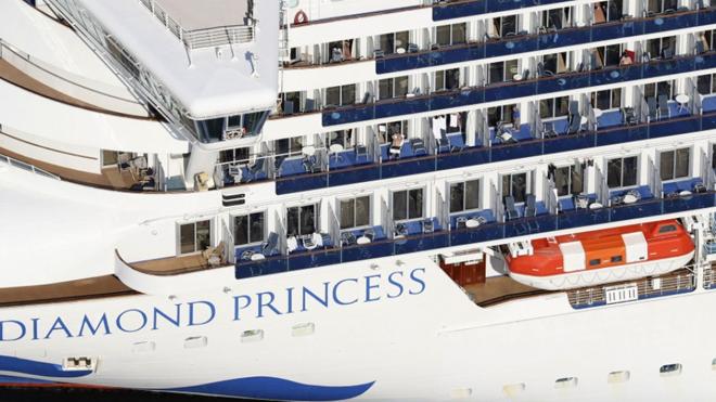 جاپان کی بندرگاہ پر کھڑے ڈائمنڈ پرنسز نامی بحری جہاز