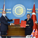 ترکی کے وزیر تجارت روہسر پیکان اور ترکی میں برطانوی سفیر ڈومینک چِلکوٹ نے اس معاہدے پر دستخط کیے