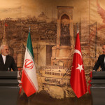 ترک کے وزریر خارجہ ماولیٹ چاوش اولو  اور ایران کے وزیر خارجہ جواد ظریف کے ساتھ پریس کانفرنس کرتے ہوئے