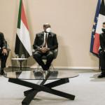 فرانسیسی صدر عمانویل ماکروں سوڈان کے وزیر اعظم عبداللہ حمدوک اور فوجی حکمران جنرل عبدالفتاح برہان کے ساتھ تقریب میں شریک ہیں